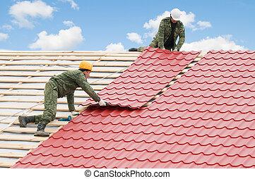 roofing, arbeit, mit, metall, fliese