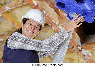 roofspace, ouvrier, système, jeune, ventilation, femme, installation