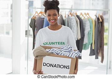 ropa, donación, mujer, joven, sonriente
