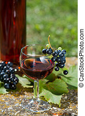 Ros? wine with fresh grapes