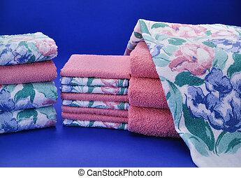 rosa, blau, handtuch, satz, auf, blauer hintergrund