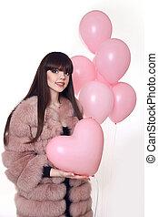 rosa, cuore, donna, cappotto pelliccia, sopra, giovane, isolato, fondo., moda, studio, presa a terra, sorridente, palloni, bianco