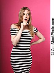 rosa färg synar, kvinna, öppnat, överraskande, stor hand, se, mun, bakgrund, holdingen, randig, fun., klänning