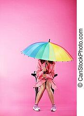 rosa, mujer, paraguas, colorido, vogue., sentado, chamarra