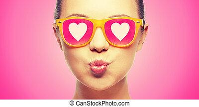 rosa, ragazza, soffiando, occhiali da sole, bacio