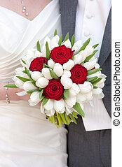 rosa roja, y, tulipán blanco, ramo de la boda