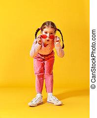 rosa, rolig, gul fond, barn, flicka, kläder