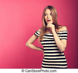 rosa, toned, ögon, kvinna, öppnat, överraskande, utrymme, stor, bakgrund, hand, se, bakgrund., närbild, mun, holdingen, nöje, stående, randig, avskrift, klänning, tom
