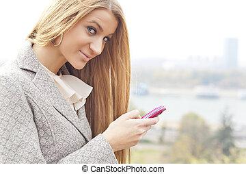rosa, vandrande, kvinna, ung, mobiltelefon
