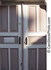 rosa, viejo, oxidado, típico, puerta de madera, en, pueblo viejo, de, cunda, (alib