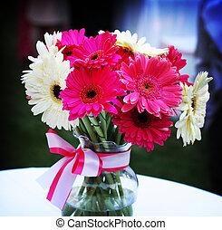 rosa, y, flores blancas