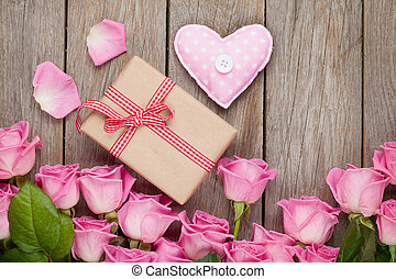 rosafarbene rosen, aus, holztisch, mit, valentinestag, geschenkschachtel, und, er