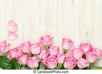 rosafarbene rosen, blumengebinde, aus, holztisch