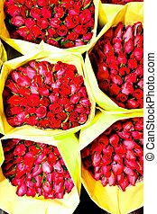 rosas, ofrecido, en, el, mercado de flor, mañana temprana