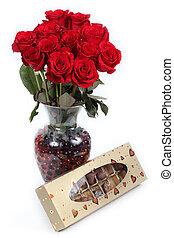 rosas rojas, en, florero, con, chocolates