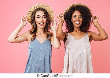 rose, été, différent, couleur d'arrière-plan, têtes, sur, isolé, deux, chapeaux paille, toucher, quoique, image, peau, élégant, sourire, positif, robes, femmes