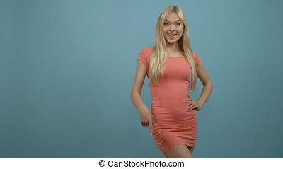 rose, bleu, pointage femme, robe espace, sur, haut, main, arrière-plan., paumes, présentation, blond, copie, ouvert