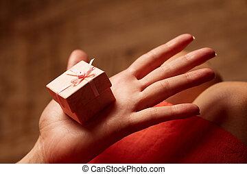 rose, boîte, femme, cadeau, possession main, petit, ouvert