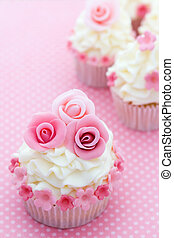 Rose cupcakes - Cupcakes decorated with pink sugar roses