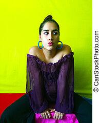 rose, envoi, femme, coup, fond, coloré, asseoir, vibrant, jeune, contre, lèvres, jaune, baiser, élégant, joli, rouges