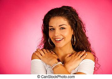 rose, femme, bouclé, vibrant, sur, jeune, cheveux, séduisant, fond