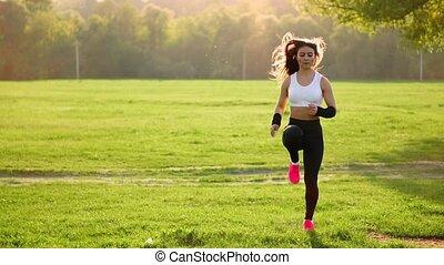 rose, haut., course, sportif, marques, sommet, hips., préchauffage, champ, sport., espadrilles, fin, girl, herbe, coucher soleil, blanc, levage, avant