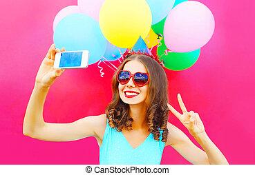 rose, image, femme, coloré, prendre, casquette, anniversaire, air, smartphone, fond, sourire, ballons