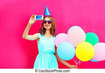 rose, image, femme, coloré, sur, casquette, anniversaire, air, smartphone, fond, sourire, ballons, prendre