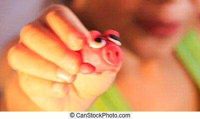 rose, jouet, main, sculpté, closeup, girl, cochon, spectacles
