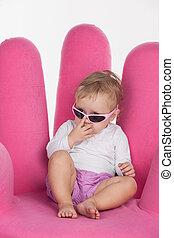 rose, mignon, peu, séance, moderne, haut, glasses., isolé, regarder, chaise, par, fond, bébé, fin, blanc, girl