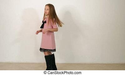 rose, peu, bottes, rotation, arrière-plan noir, studio, girl, robe, blanc