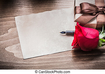rose rouge, giftbox, feuille papier, stylo fontaine, vacances, concept
