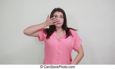 rose, sérieux, chemise, femme, garder, loin, larmes, yeux, doigts, sous, essuie, désinvolte