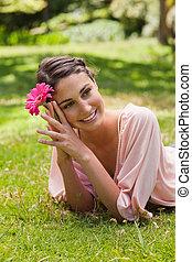 rose, tête, femme, incliné, elle, contre, quoique, fleur, tenue, sourire, herbe, côté, mensonge