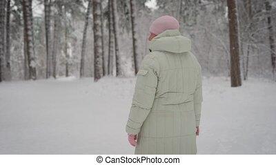 rose, veste, retraité, femme, vieux, horaire hiver, sentier, casquette, air., marche., afternoon., chaud, frais, wood., promenades, gratuite, spends, respire