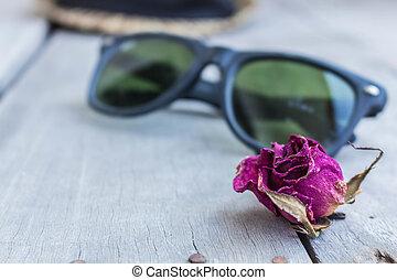 roses, lunettes soleil, séché