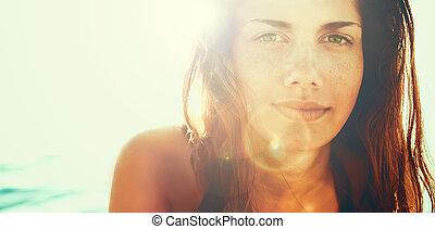 rosto, de, mulher jovem, em, verão, sol