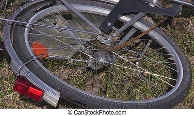 Rotating bicycle wheel