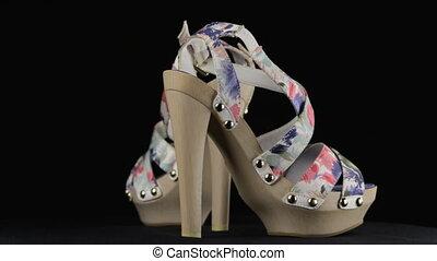 rotation, paire, femmes, à hauts talons, shoes.