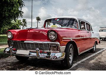 Roter amerikanischer Oldtimer mit weissem Dach parkt in...