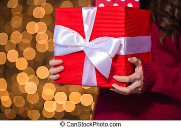 rotes , geschenk, kasten, holded, per, junger, weibliche , in, gestrickt, pullover