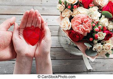rotes , glas, herz, in, frau, hands., draufsicht