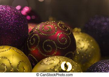lila balls weihnachten gold gold lila freigestellt. Black Bedroom Furniture Sets. Home Design Ideas