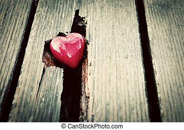rotes herz, in, riß, von, hölzern, plank., symbol liebe