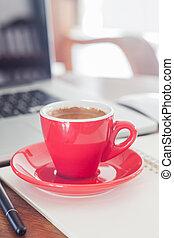 rotes , kaffeetasse, mit, notizblock, und, laptop