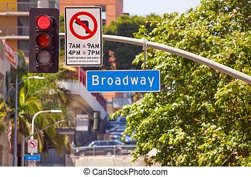rotes , straßenlaterne, und, broadway, zeichen, auf, los angeles