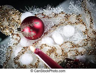 rotes , weihnachtskugel, und, kerze, auf, a, weihnachten, hintergrund.
