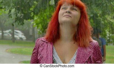 rothaarig, m�dchen, wird, nasse, unter, der, rain.