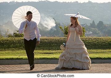 rothaarig, sexy, schöne , braut bräutigam, gehen, draußen, in, sonne, mit, schirme, springende , und, lächeln