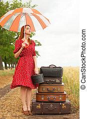 rothaarige, m�dchen, mit, koffer, an, draußen